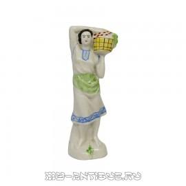 Фигура «Девушка с корзиной яблок»