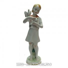 Статуэтка «Пионерка с голубями»