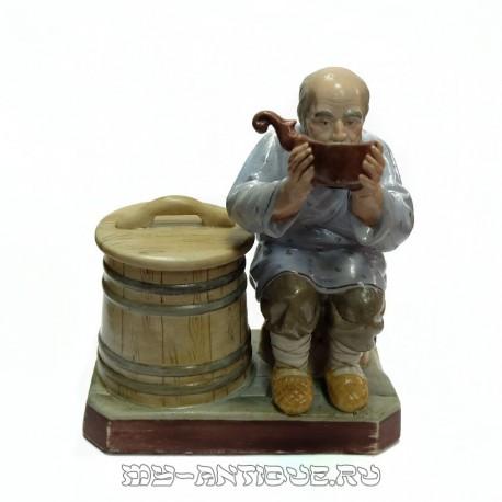 Статуэтка-шкатулка «Пьющий старик»