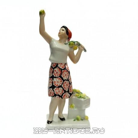 Статуэтка «Сборщица яблок»