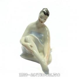 Фигура «Балерина одевающая пуанты»