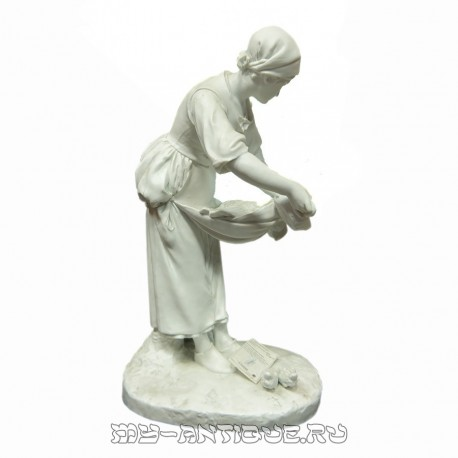 Скульптура «Девушка кормит кур»